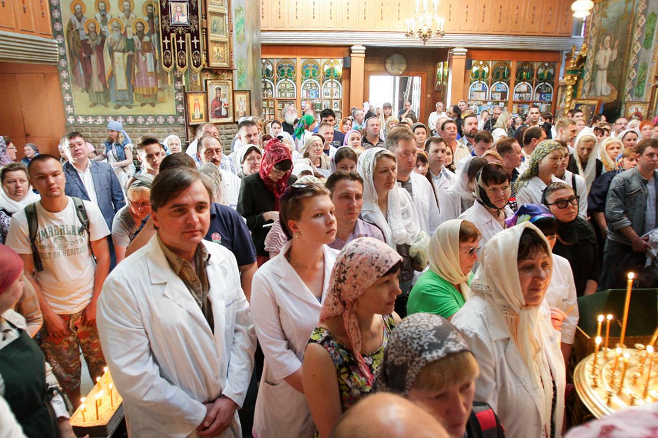 Традиционално освећење медицинских мантила уочи Дана сећања на Светитеља Луку архиепископа Симферопољског и Кримског 10. јун 2015.