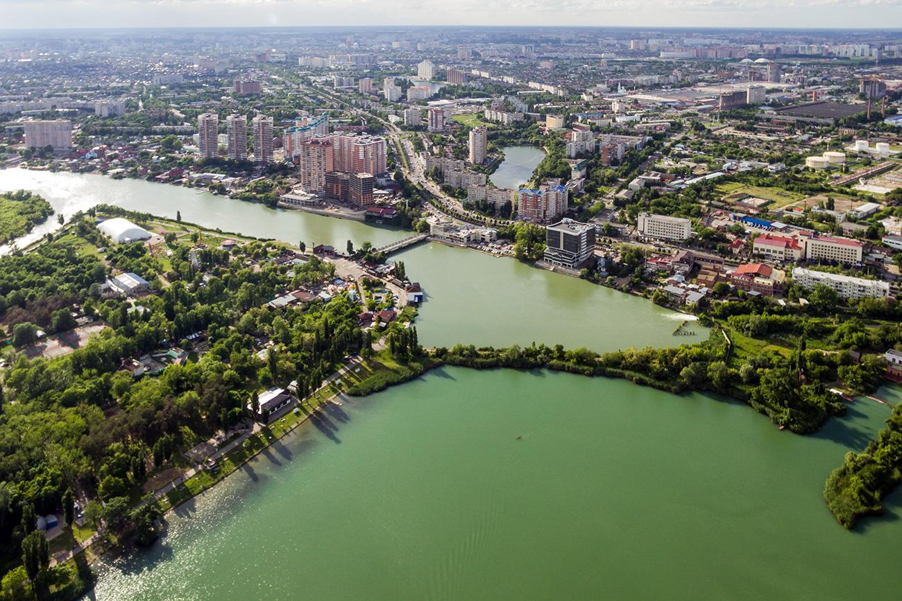 Поглед на језеро Стара Кубањ, острво Солнечни, стамбени комплекс Черјомушки и језеро Карасун.\n