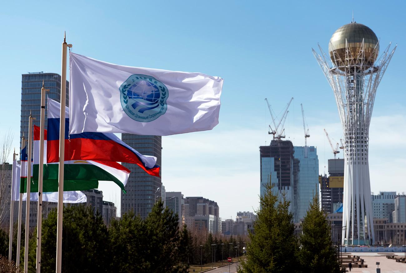 Zastava Šanghajske organizacije za sodelovanje in držav članic v Astani v Kazahstanu, kjer včeraj in danes poteka vrh organizacije.