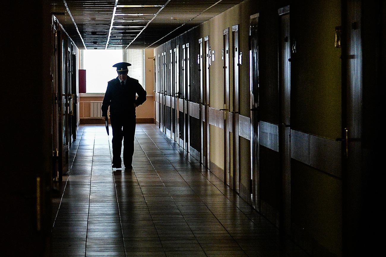 Oficiais de justiça foram ao apartamento acompanhados de equipe médica. Mulher tem problemas psiquiátricos e marido estava desnutrido.