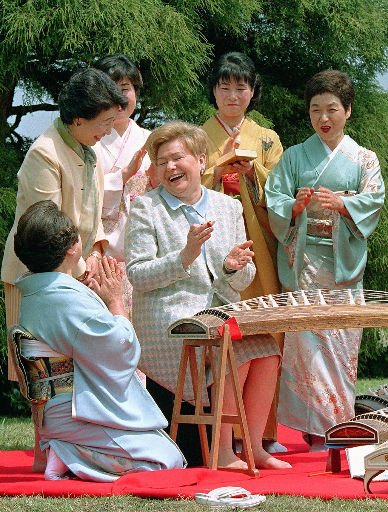 Naina Yeltsina (C), enjoys an outdoor tea ceremony with Japanese Prime Minister Ryutaro Hashimoto's wife Kumiko (L) in 1998. Source: Reuters