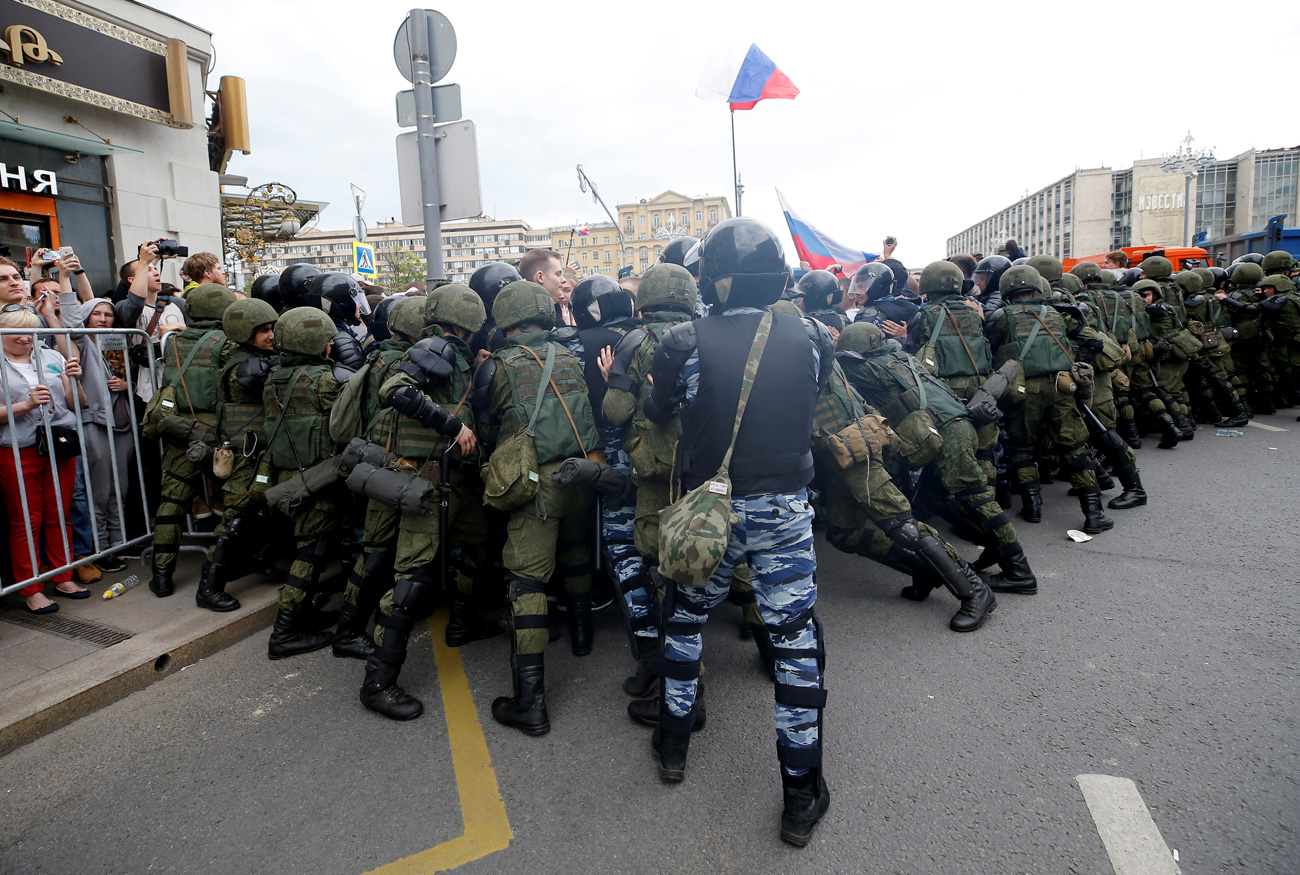 Servicemen of the Russian National Guard push people back onto sidewalks during an anti-corruption protest organised by opposition leader Alexei Navalny, on Tverskaya Street in central Moscow, Russia June 12, 2017.