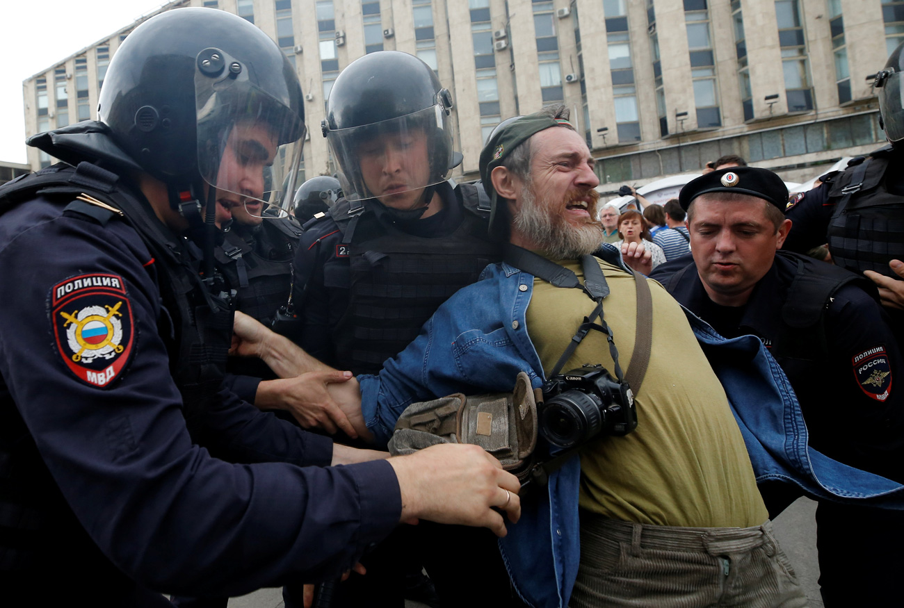 Riot police detain a man during an anti-corruption protest on Tverskaya Street, June 12, 2017. / Reuters