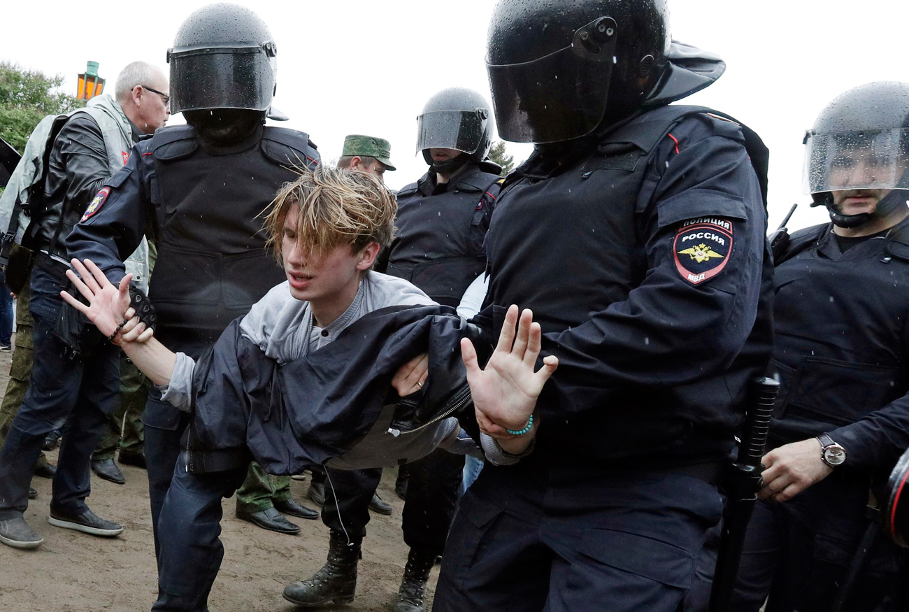 Police detain a protester during anti corruption rally in St.Petersburg, June 12, 2017. / AP