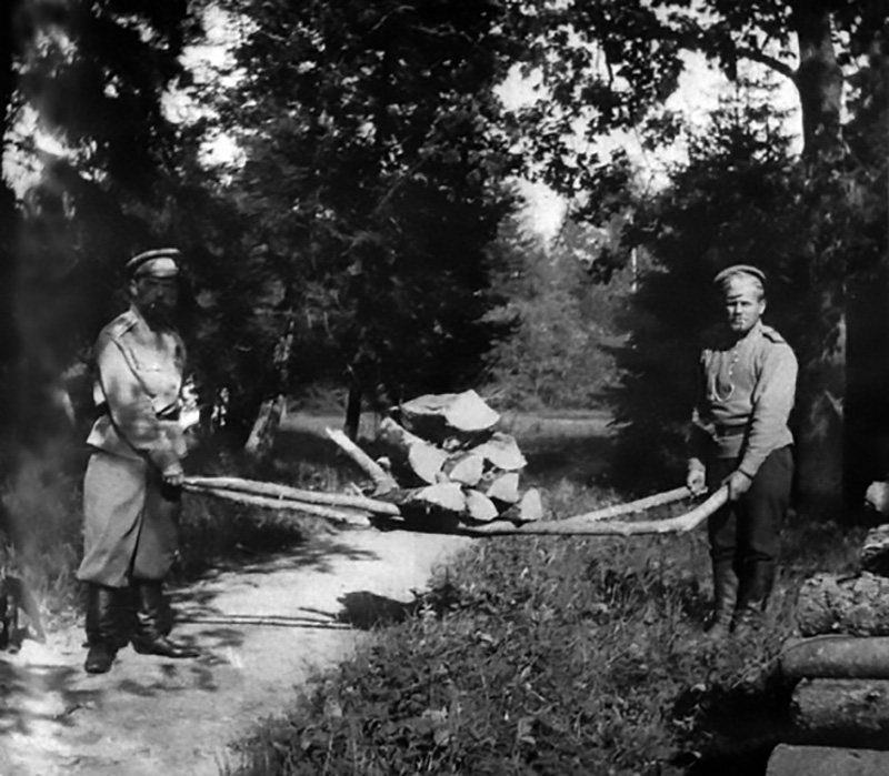 According to different memoirs and his own diary, Tsar Nicolas was obsessed with physical exercise and one of his favorite things to do was to chop trees. He also loved gardening and growing vegetables. // Pictured with one of the soldiers of the Guards Rifle Regiment.