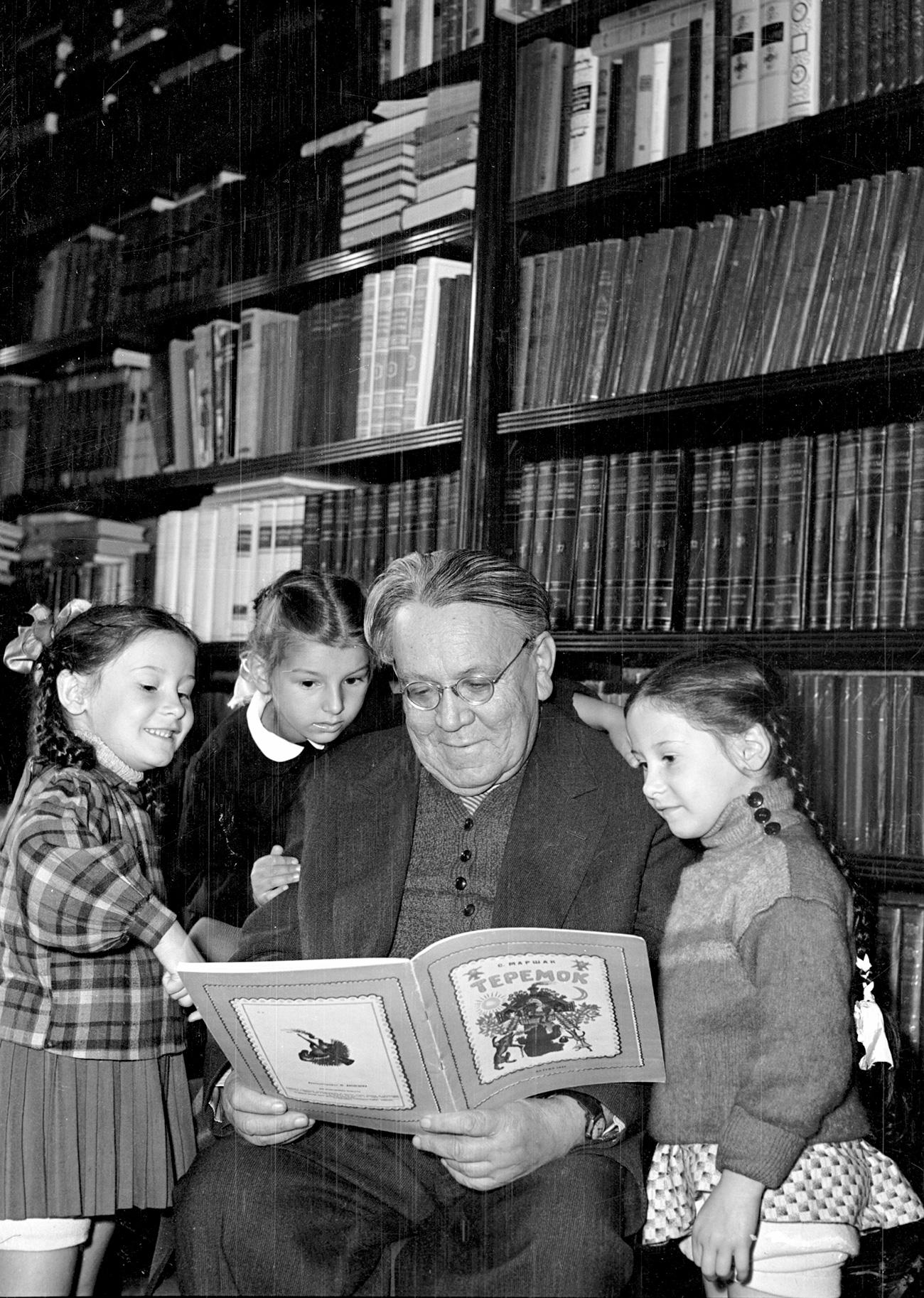 Marchak lê seu 'Teremok' para crianças. Foto: Michael Trahman/RIA Nôvosti
