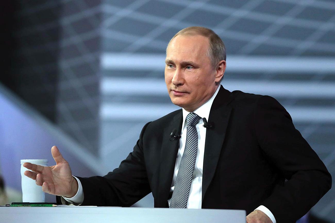 Претседателот на Русија во текот на Директната линија.