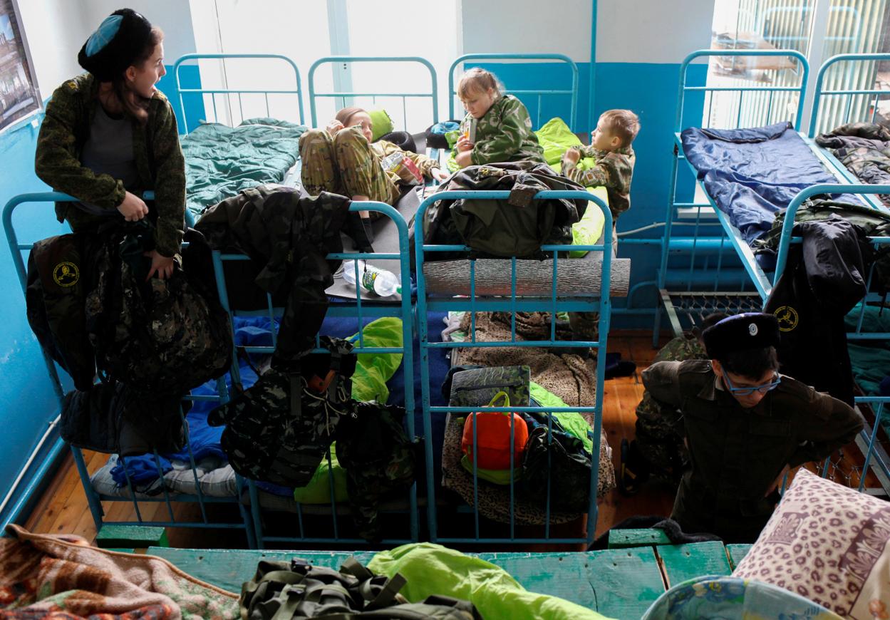Mit zehn Jahren dürfen Kinder in Russland in eine Kadettenschule eintreten. Dann leben sie zusammen wie echte Soldaten, müssen aber nicht aller Lebensfreuden entbehren: Limo, Saft und Schocki sind in den Kasernen weiterhin erlaubt.
