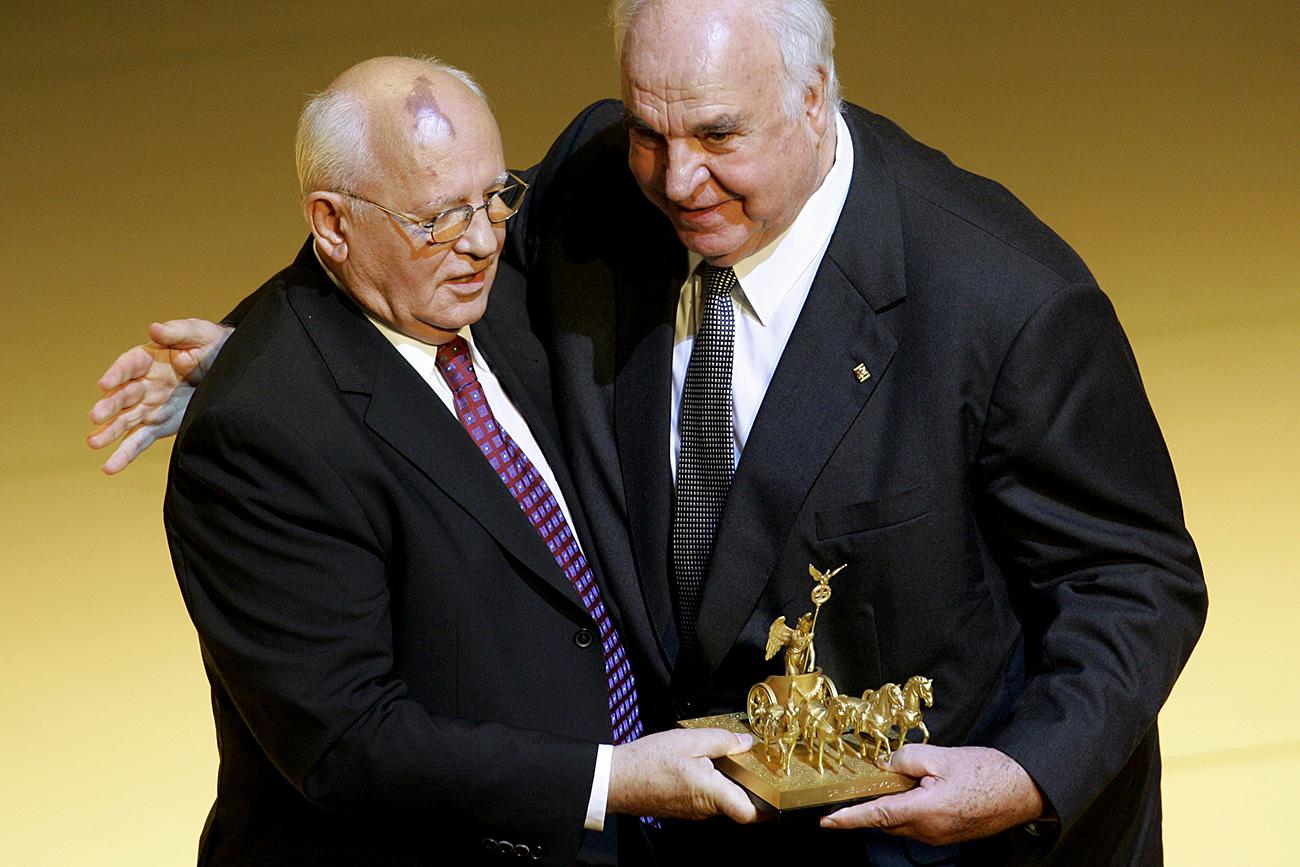 Former German Chancellor Helmut Kohl receives the Quadriga award from former Soviet Resident Mikhail Gorbachev, left, in Berlin on Monday, Oct. 3, 2005. Source: AP