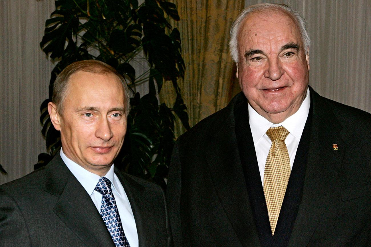 Presiden Rusia Vladimir Putin dan mantan Kanselir Jerman Helmut Kohl saat bertemu di Moskow pada 2006.