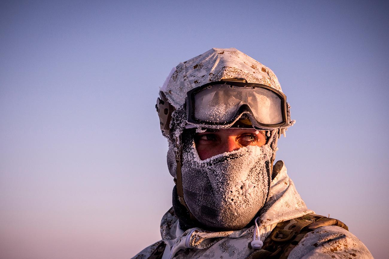 Membro de unidade de operações especiais durante manobras perto do Polo Norte