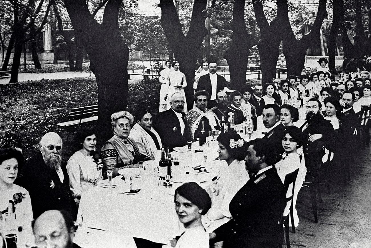 Dopo la rivoluzione del 1917, i tradizionali balli organizzati per le feste di laurea vennero cancellati, ma non per molto tempo. Vennero infatti reintrodotti negli anni Trenta, seppur in forma un po' diversa. I festeggiamenti iniziavano infatti con lunghi discorsi di commiato che terminavano con canti e balli