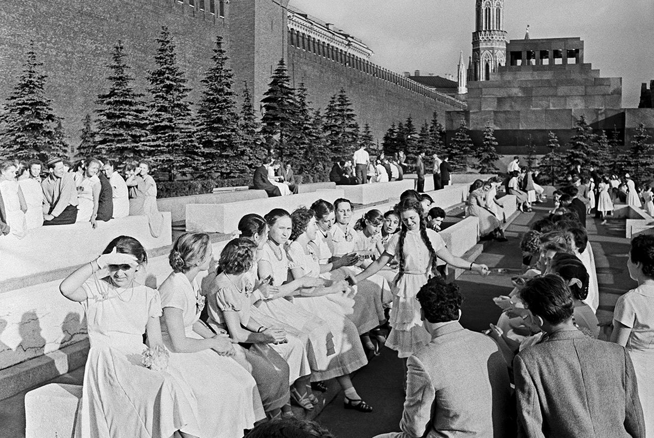 """All'inizio degli anni Cinquanta la festa di laurea veniva ancora chiamata """"ballo di laurea"""": un termine che venne """"spazzato via"""" dalle autorità sovietiche che lo sostituirono con la più sobria definizione di """"serata di laurea"""". Anche in quel periodo i festeggiamenti prevedevano balli, show e un grande banchetto. Le ragazze non indossavano abiti appariscenti e vestivano in maniera piuttosto semplice"""