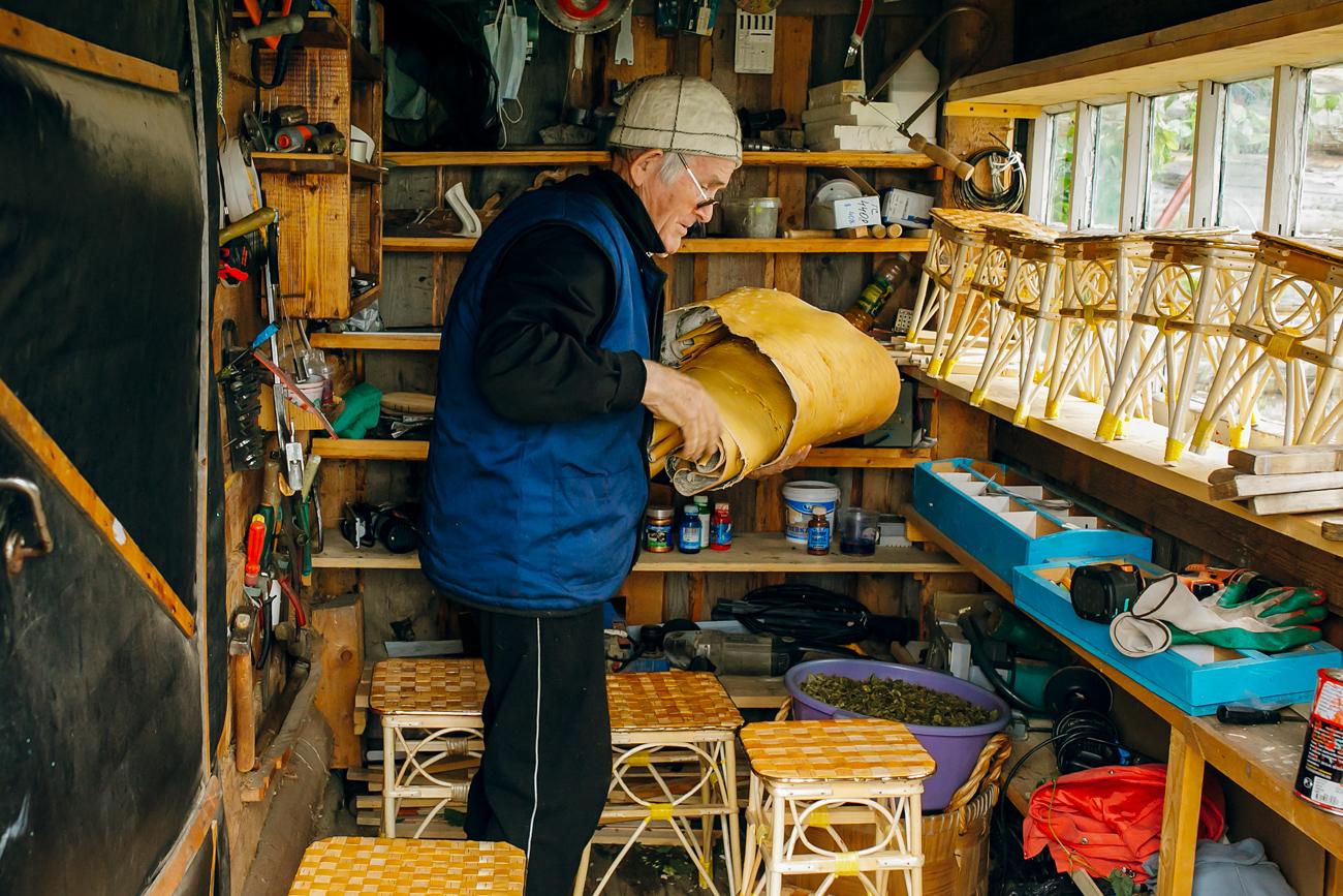 Chiroki s'occupe de sa maison, écrit des livres, part en randonnée à la recherche de plantes, donne des consultations gratuites et aide tous ceux qui viennent lui demander conseil.