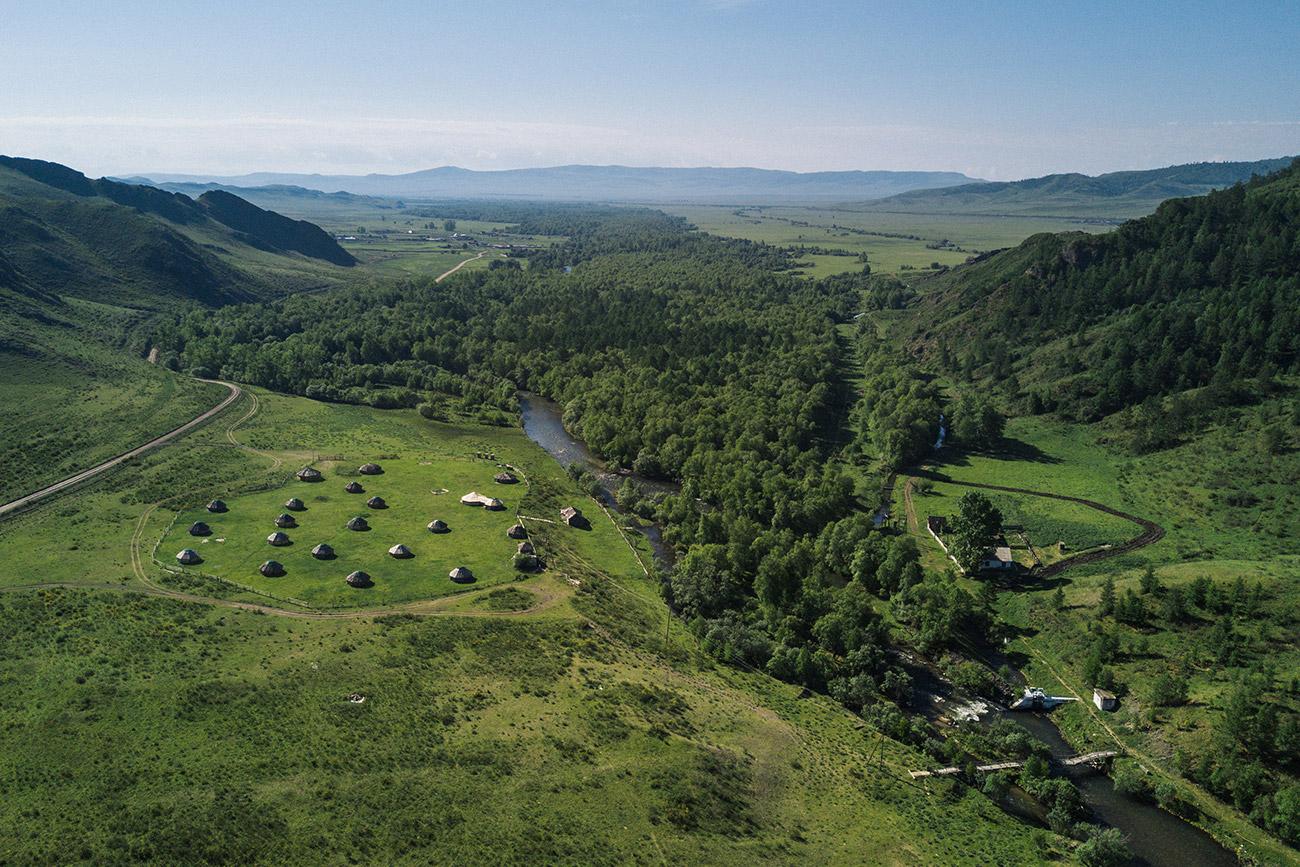 Notre destination, c'est une poignée de yourtes éparpillées dans une plaine entourée par les sommets de l'Alataou de Kouznetsk, une petite chaîne de montagnes au nord-ouest du Saïan occidental. Il s'agit en réalité du musée Khakasski Aal, où il est possible de passer la nuit dans l'un de ces habitats ancestraux. Au XIXee siècle, dans le Sud de la Sibérie, les grandes familles khakasses, peuple autochtone de bergers nomades, vivaient dans des structures similaires.