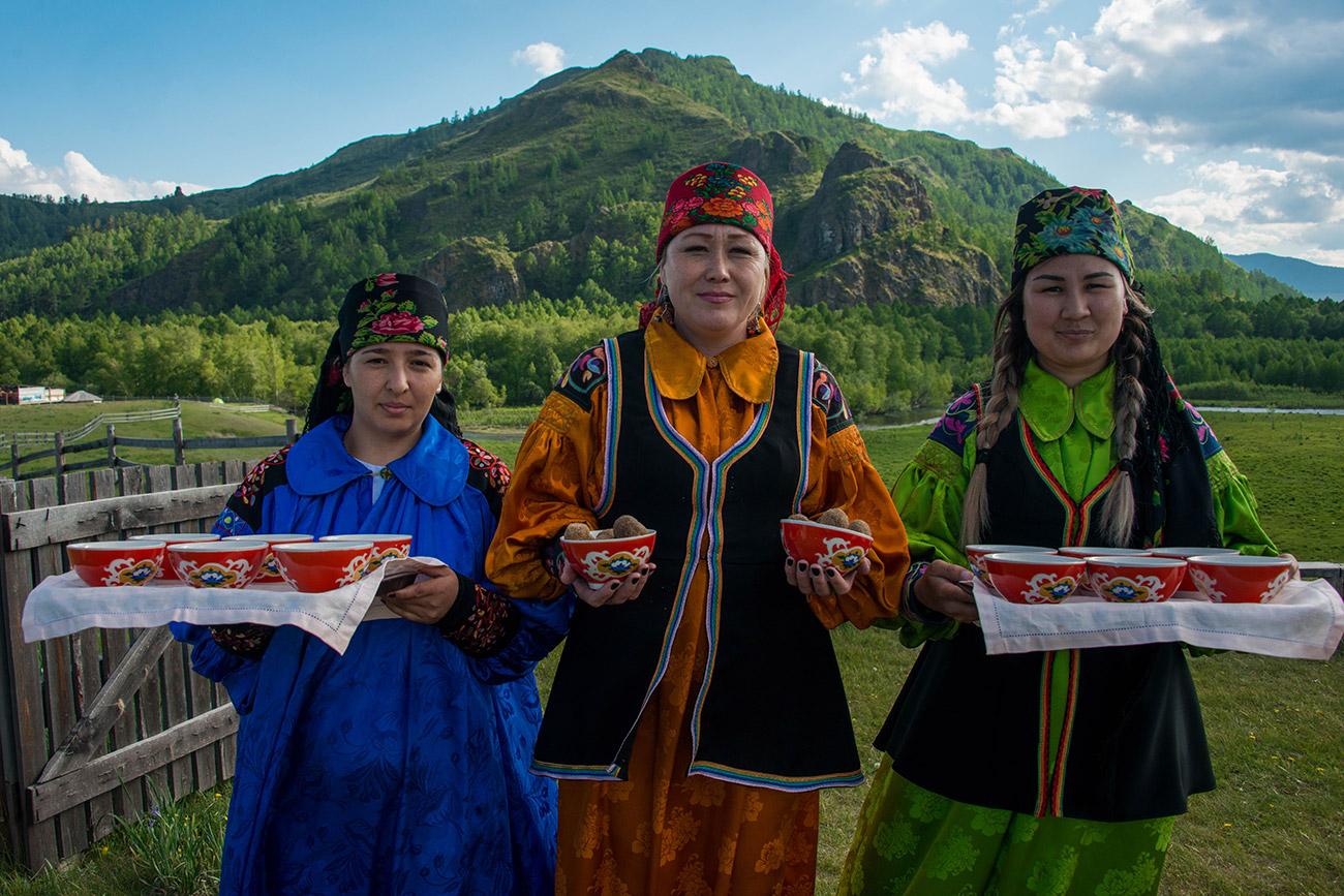 Les touristes y sont accueillis par des femmes portant des costumes traditionnels. Les Khakasses s'habillaient ainsi jusque dans les années 1950, après quoi ils ont finalement adopté le style vestimentaire européen. Aujourd'hui, ils portent leurs costumes à l'occasion des célébrations familiales et des fêtes nationales, telles que Toun Prayram, festival du premier ayran (boisson à base de yaourt et d'eau salée), et le Nouvel An khakasse, le Chyl Pazy.
