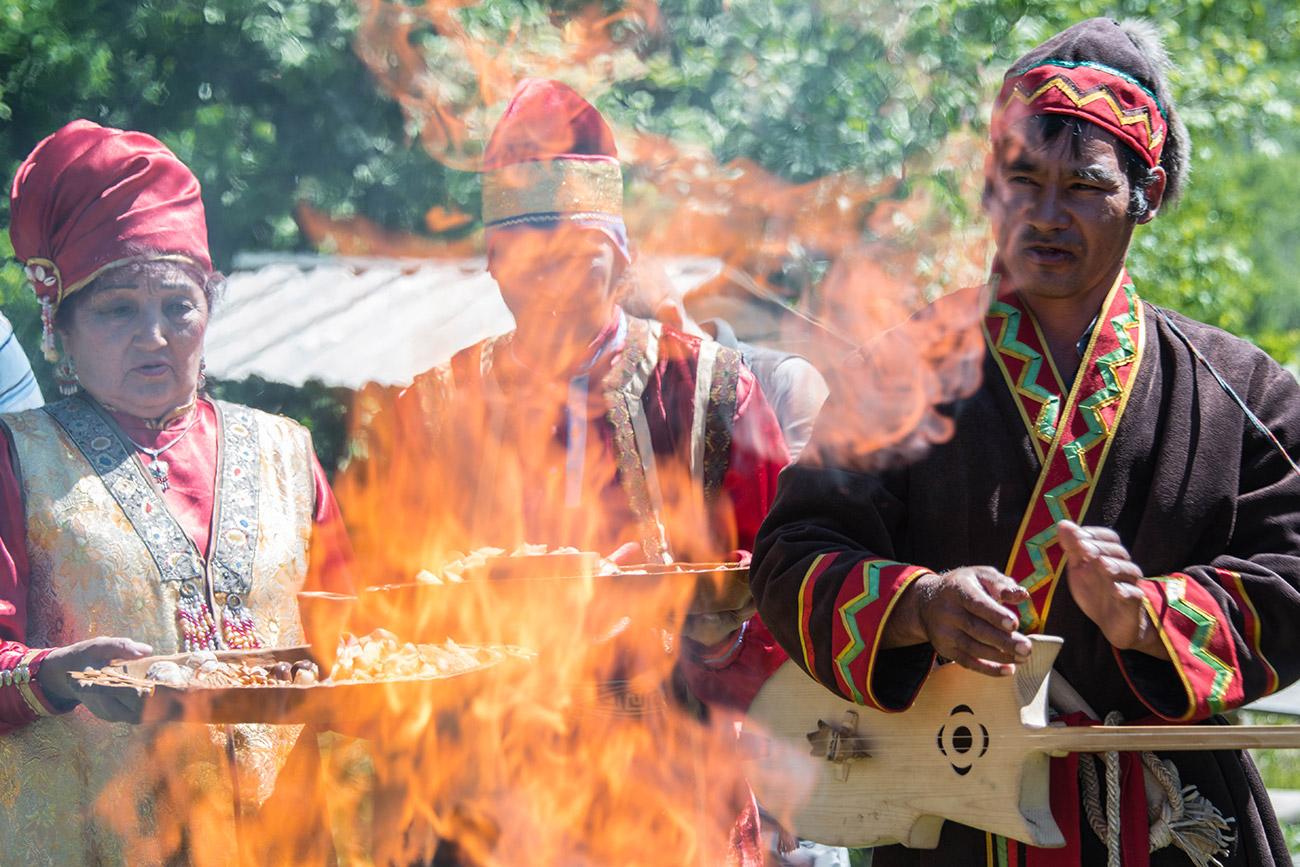 Un chaman du peuple chor s'apprête à accomplir un rituel. Les Chors, dont les ancêtres étaient connus à travers la Sibérie pour leur habilité à forger le fer, pensent que le monde est divisé en trois « sphères » : le ciel, ou Oulhi guer, le monde du milieu, Orti guer, et les terres des esprits du mal, Aina guer. Les hommes résidant dans la deuxième, les chamans utilisent le feu pour communiquer avec les autres « sphères ». Pour que les esprits soient favorables envers le chaman, des biens sont donnés en sacrifice aux flammes : de douces friandises et de délicieuses tranches de pain.