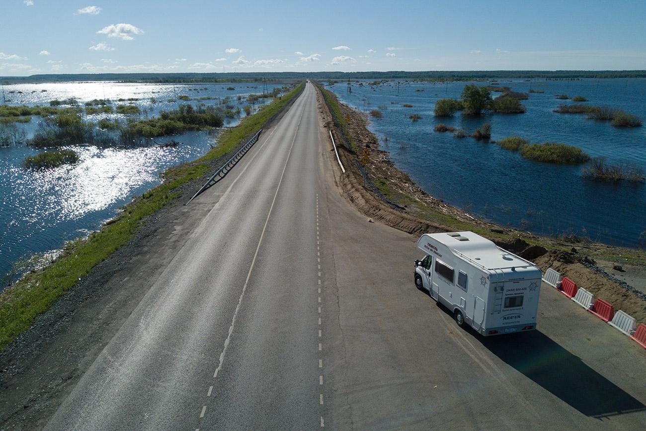 L'aventure commence ! Si vous pensez toujours que la Sibérie est un trou perdu émaillé de voies de communication en piteux état et d'ours bruns en embuscade dans chaque buisson, admirez cette route de la région de Tioumen, où coule la rivière Ichim.