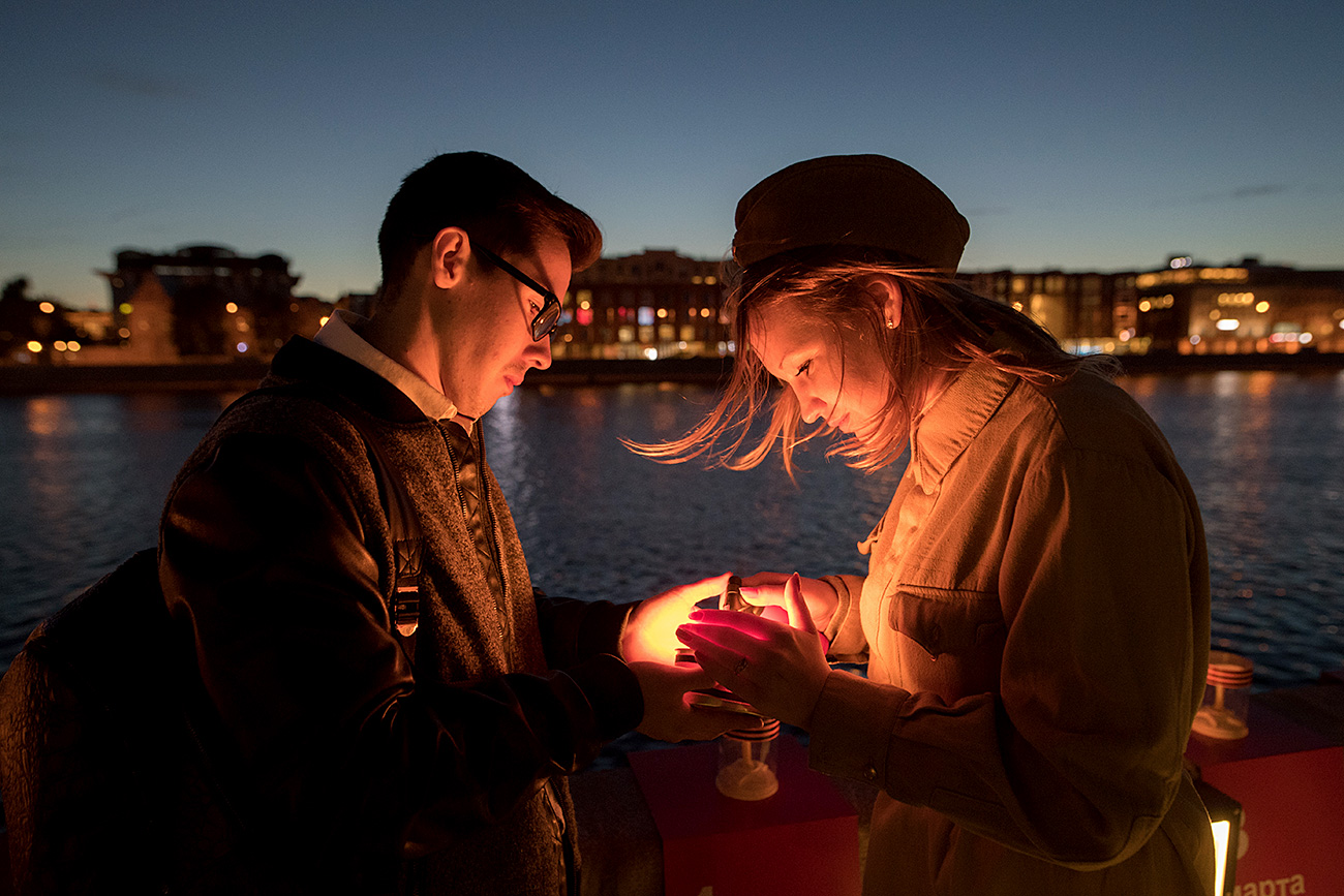 Participants in the Memory Line patriotic campaign light candles on the Krymskaya Embankment along the Moskva River to commemorate those who perished in the Great Patriotic War. Participants in the campaign made an installation of 1,418 candles, each symbolizing one day of the war.