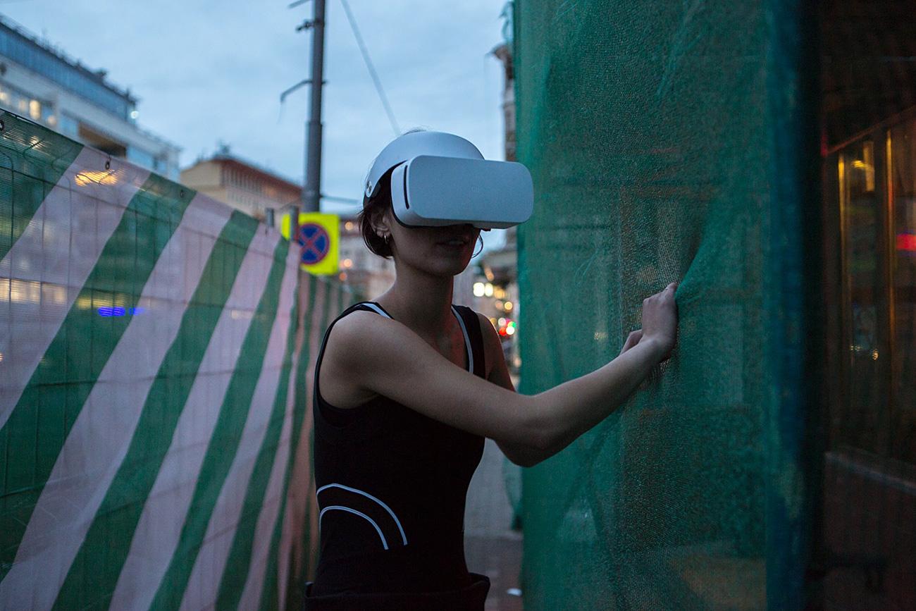 Katrin Nenasheva in VR glasses / Natalia Budantseva