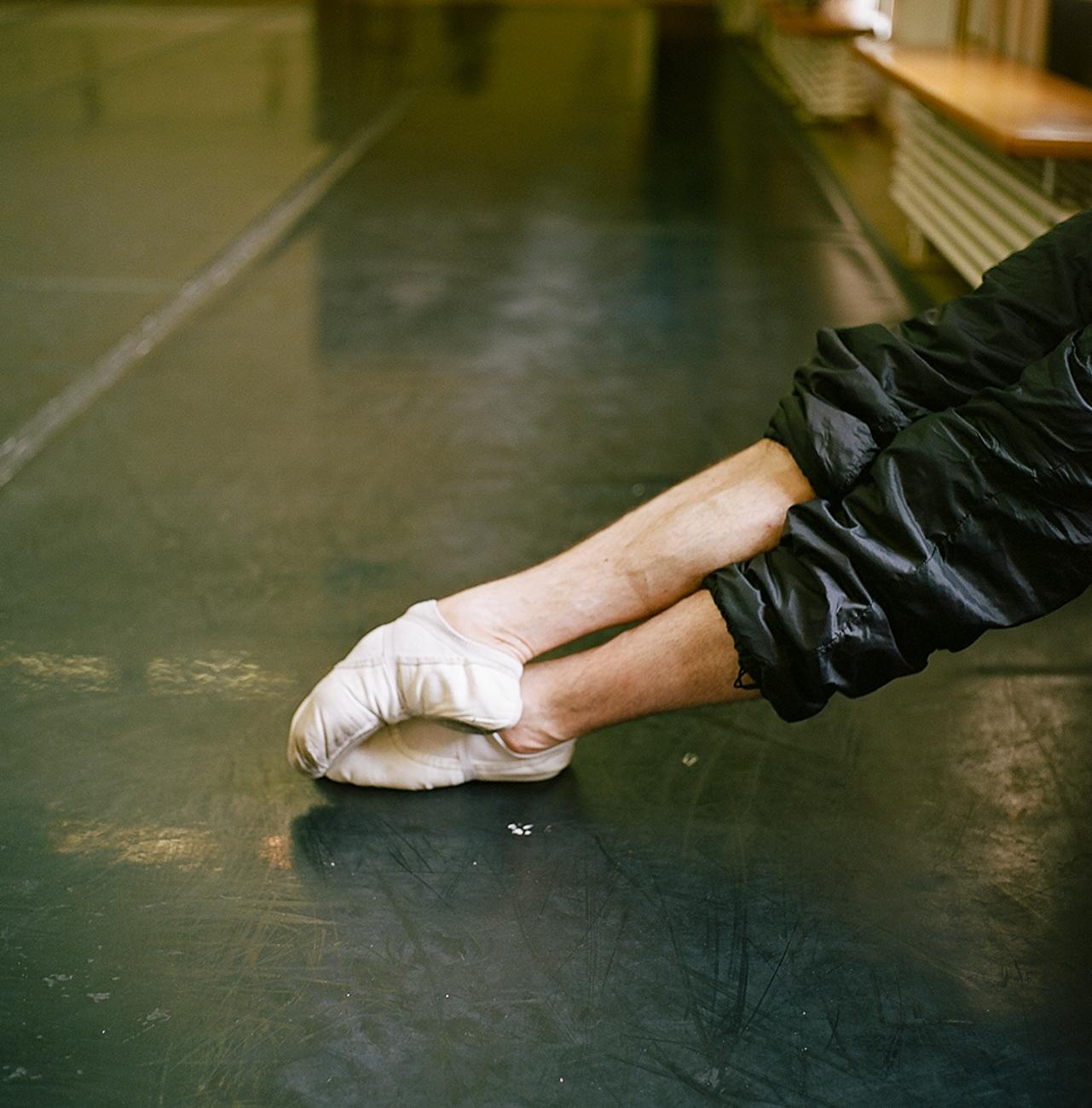 La confection de robes et de costumes pour le ballet et l'opéra exige des compétences spéciales et rares, et beaucoup de travail manuel. C'est pourquoi le Bolchoï a son propre atelier de confection de costumes. Le ballet du Bolchoï est également soutenu par un orchestre de talent, le plus ancien et le plus grand de Russie, avec plus de 250 musiciens.