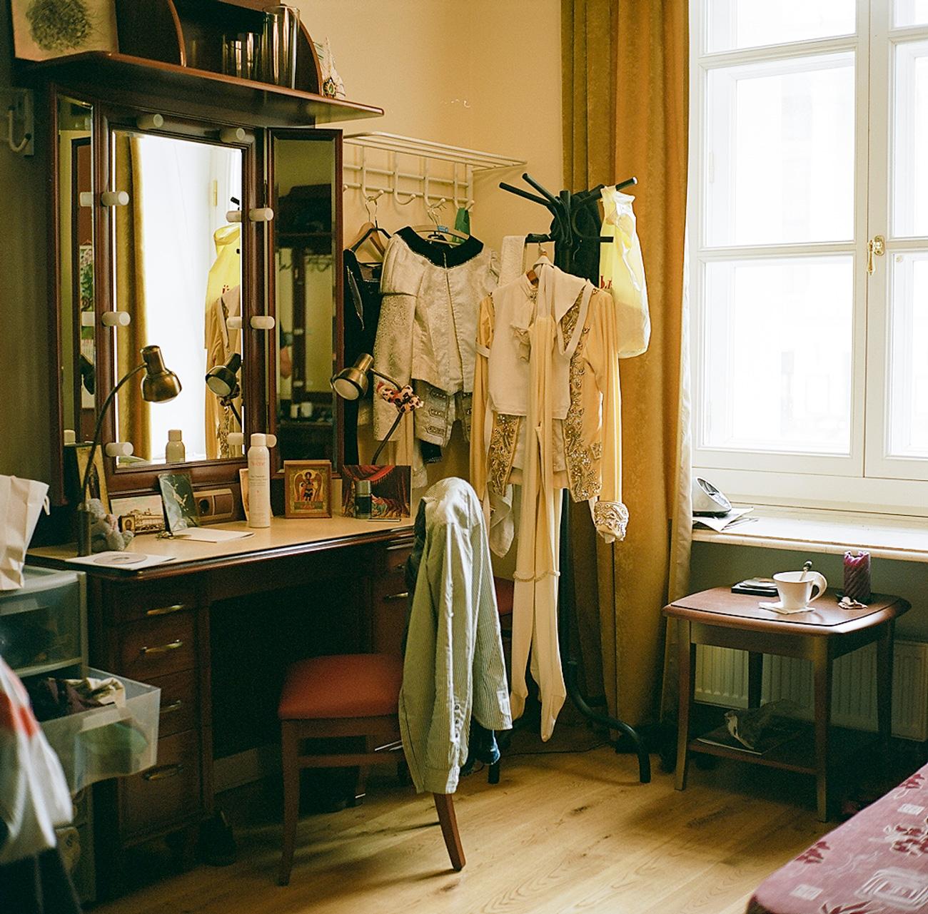 Anche la realizzazione dei costumi per i balletti richiede un grande lavoro di manualità e professionalità. Il Bolshoj possiede infatti un proprio atelier per la produzione dei costumi. L'orchestra del Bolshoj è poi la più grande e più antica di tutto il Paese e conta più di 250 musicisti