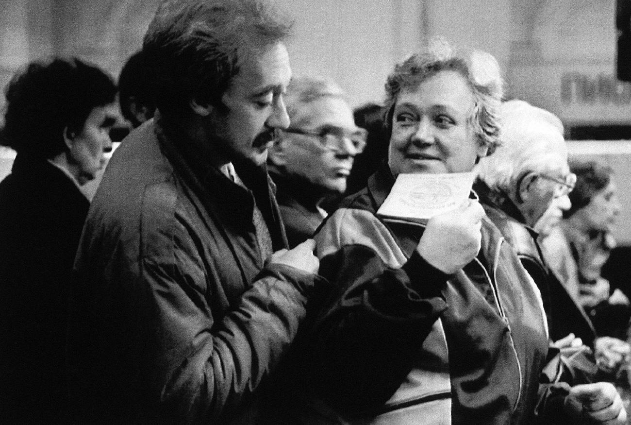 Valentine Chagoleva mostra voucher recém-recebido para seu filho em São Petersburgo, em 2 de outubro de 1992. Títulos de 10 mil rublos distribuídos para 148 milhões de cidadãos russos permitiam comprar empresas estatais