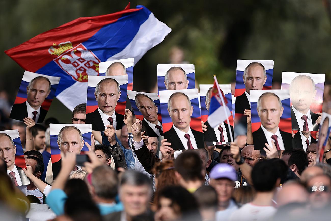 Срби са портретима Владимира Путина. Илустрација:  AFP