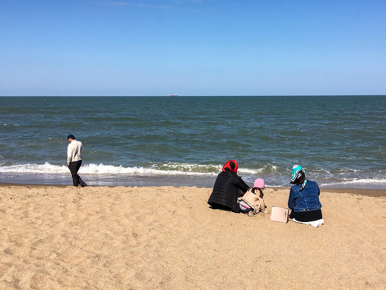 Les plages bouillonnent d'activité l'après-midi. Outre se baigner et bronzer, on peut y faire connaissance, jouer aux dominos et même faire des paris. La ville possède une plage spéciale pour les femmes, Gorianka, mais nombre d'entre elles préfèrent les plages publiques.