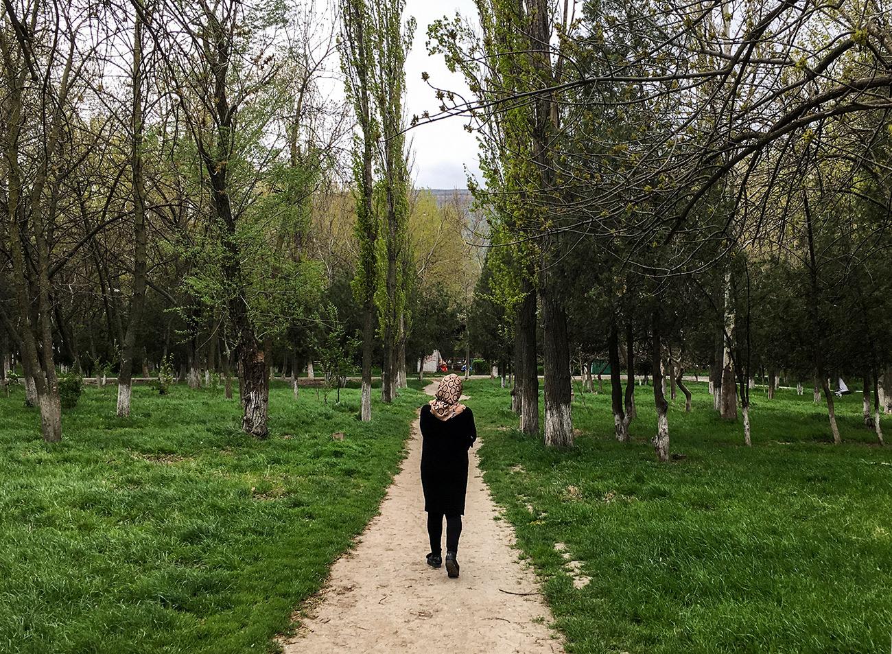Makhatchkala est une jeune ville caucasienne qui n'a que 160 ans et qui compte un peu plus d'un demi-million d'habitants. Dans la rue, outre l'avar, on peut entendre le nogaï, le lezguine et onze autres langues qui sont officielles, comme le russe.