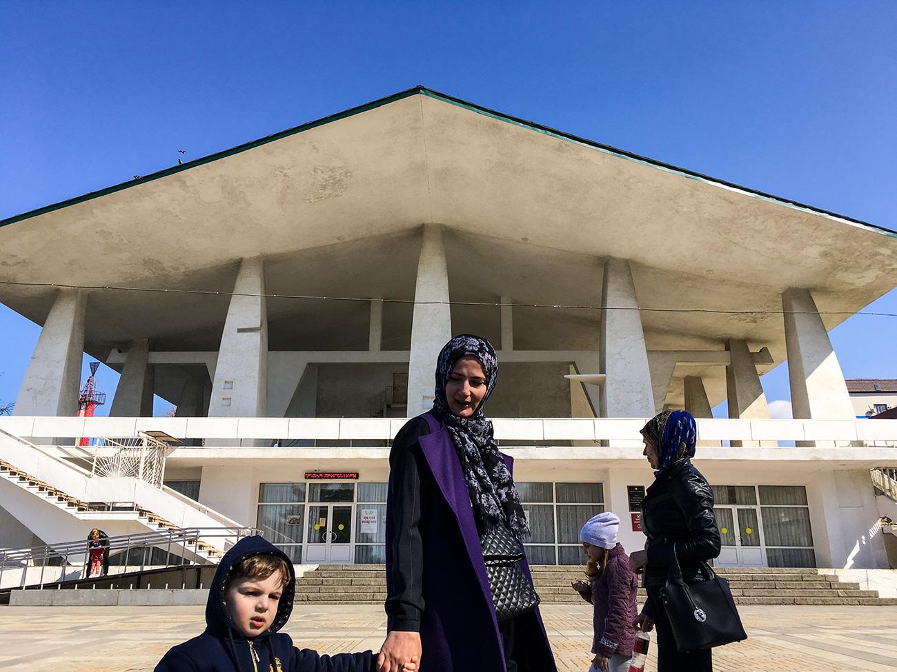 Les touristes ne doivent se conformer à aucun code vestimentaire : se couvrir la tête ou porter une jupe longue n'est obligatoire que si vous voulez visiter une mosquée. Toutefois, il ne faut pas oublier que le Daghestan est une région du sud et que des vêtements trop courts ou trop ouverts risquent de vous causer un coup de soleil, fait remarquer la guide Iana Martirossova. Makhatchkala figure dans le top 5 des villes les plus chaudes de Russie, la température moyenne en été y étant de 30 degrés.
