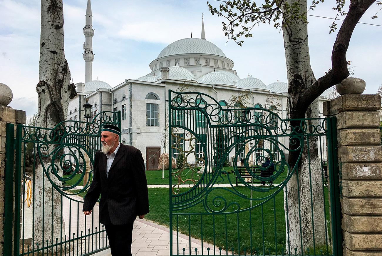 """No, glavna atrakcija grada je mlađa sestra istanbulske plave džamije – džamija Džuma, u koju stane 16 tisuća vjernika. """"U džamiji Džuma su molitve petkom praćene beskrajnim rijekama ljudi i velikim prometnim gužvama; istovremeno je grad poput prirodnog rezervata u kojem su čudesno sačuvani intelektualci u stilu SSSR-a 1980-ih"""", kaže vodič i stručnjak za kavkasku kulturu Vladimir Sevrinovski."""