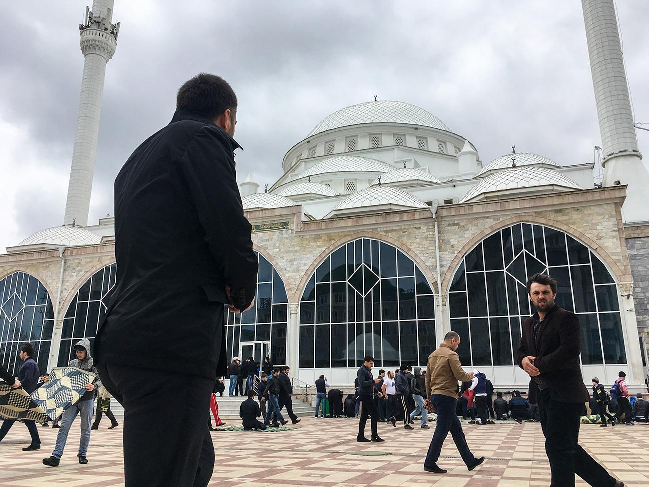 La ville compte une forte population musulmane (90%). Son monument principal est la sœur cadette de la célèbre Mosquée bleue à Istanbul, la mosquée Djouma, qui peut accueillir jusqu'à 16 000 fidèles. « La prière du vendredi à la mosquée Djouma met en effervescence toute la ville et crée d'énormes embouteillages », indique Vladimir Sevrinovski, guide et expert de la culture caucasienne.