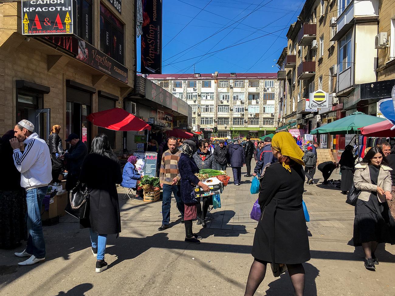 Sur un plan, la ville est mal proportionnée : Vladimir Sevrinovski dit qu'elle aurait fait le bonheur des peintres d'avant-garde qui, sur les portraits, aimaient placer l'oreille à la place du nez. Makhatchkala n'a pas toujours été un concentré de centres commerciaux, de constructions sauvages et de voitures garées n'importe comment : en 1970, la ville a été victime d'un tremblement de terre et après le démembrement de l'URSS, elle a beaucoup changé à cause de la crise et du départ d'un grand nombre d'habitants.