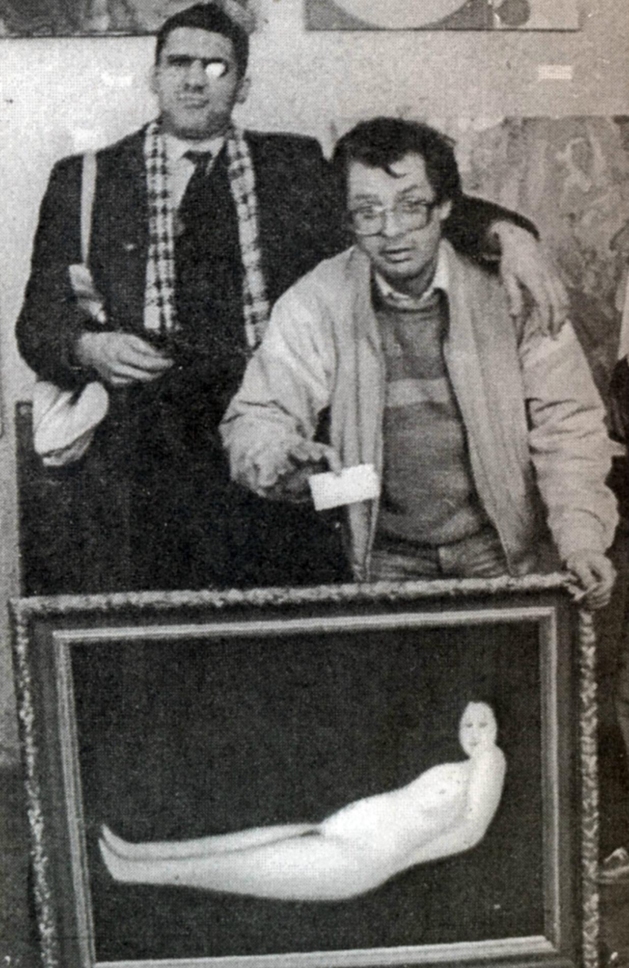 """Artistas Avdéi Ter-Oganian e Iúri Paláitchev com seu """"Nu Novo"""", em 1988 (Foto: Arquivo de Avdéi Ter-Oganian)"""
