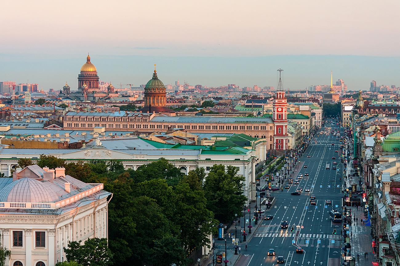 Avenida tem início na Praça do Palácio, entre o Almirantado e o Hermitage, e termina no Monastério Aleksandr Nevsky