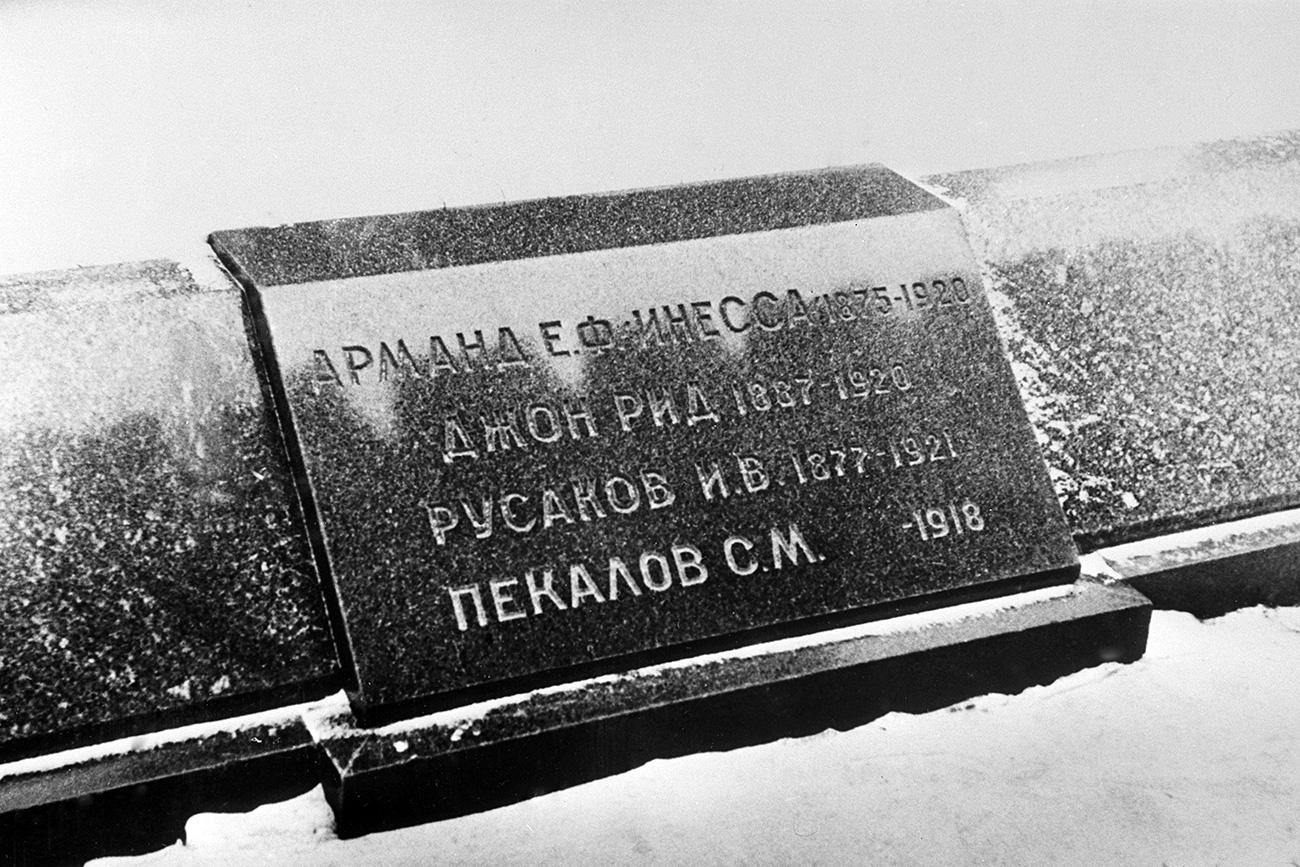 Lápide com as inscrições dos que foram enterrados neste espaço junto ao muro do Krêmlin: Inessa Armand, John Reed, I.V. Russakov, S.I. Pekalov. / Foto: L.Pakhomov/TASS