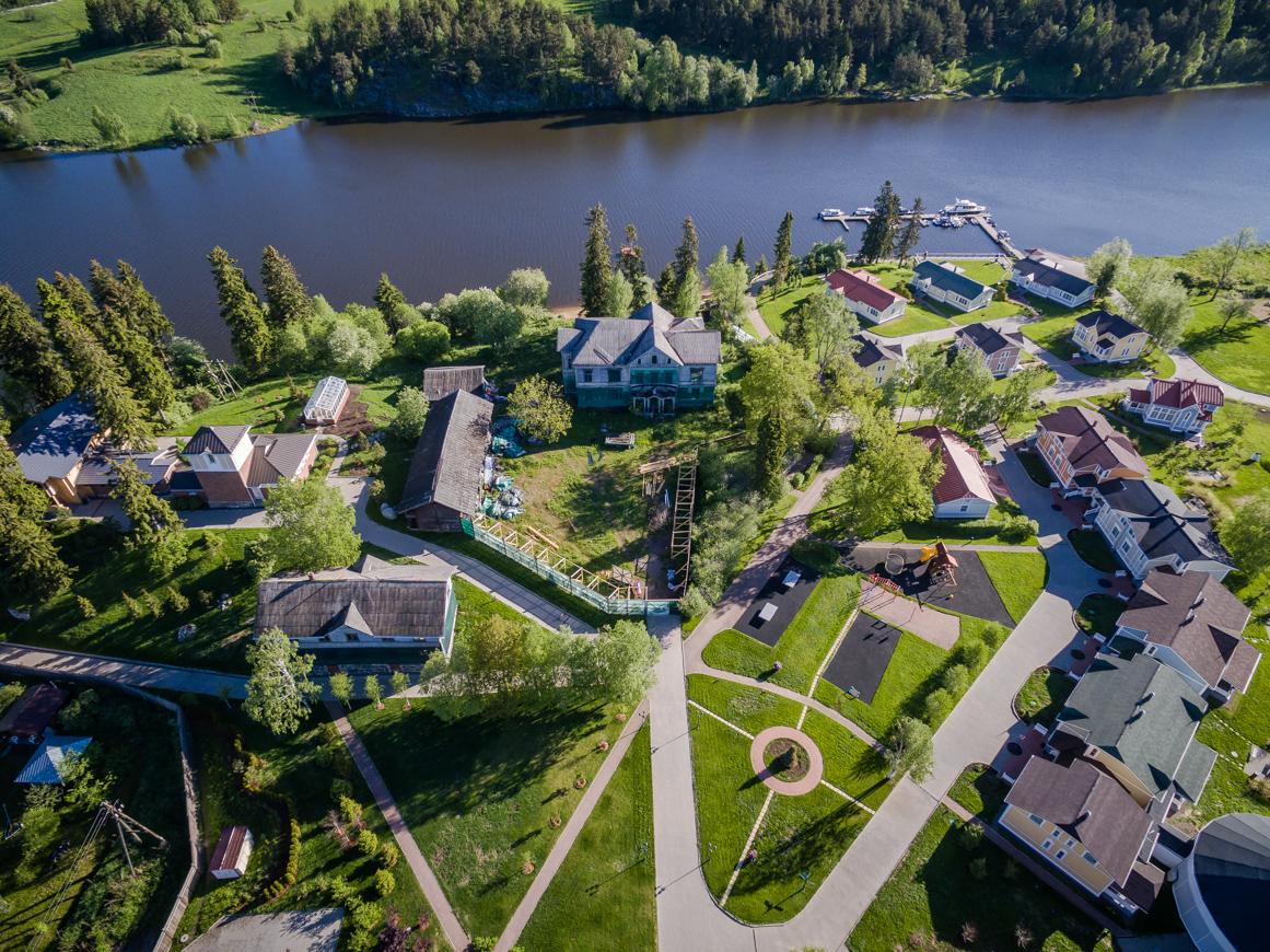 Localizado na República da Karélia, Niemelianhovi (Propriedade Ladoga) foi fundada em 1892. Está atualmente passando por uma grande reforma e hospeda o complexo Hotel Propriedade Ladoga (Foto: Vadim Razumov)