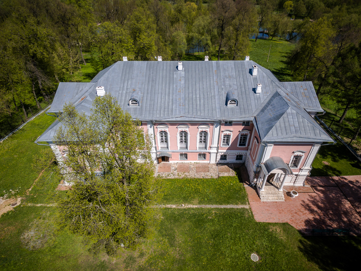 Propriedade Lopasnia-Zatchatievskoie teve diversos proprietários; na época soviética hospedou uma escola noturna e, no final dos anos 1990, passou a fazer parte do Museu Tchekhov (Foto: Vadim Razumov)