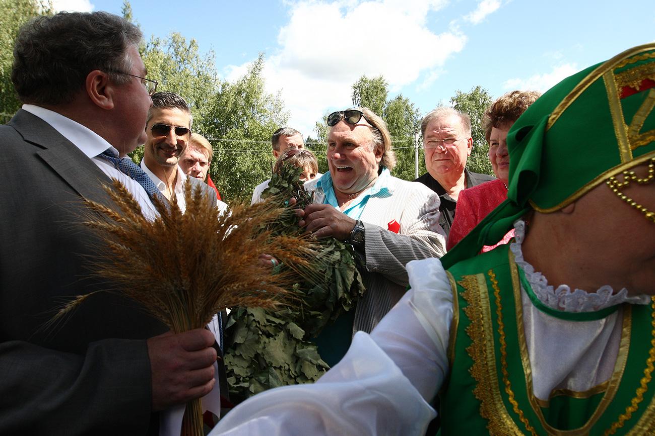 Head of Mordovia Vladimir Volkov (left) and actor Gerard Depardieu (center) during his tour of the republic, 2014. Source: Julia Chestnova/RIA Novosti