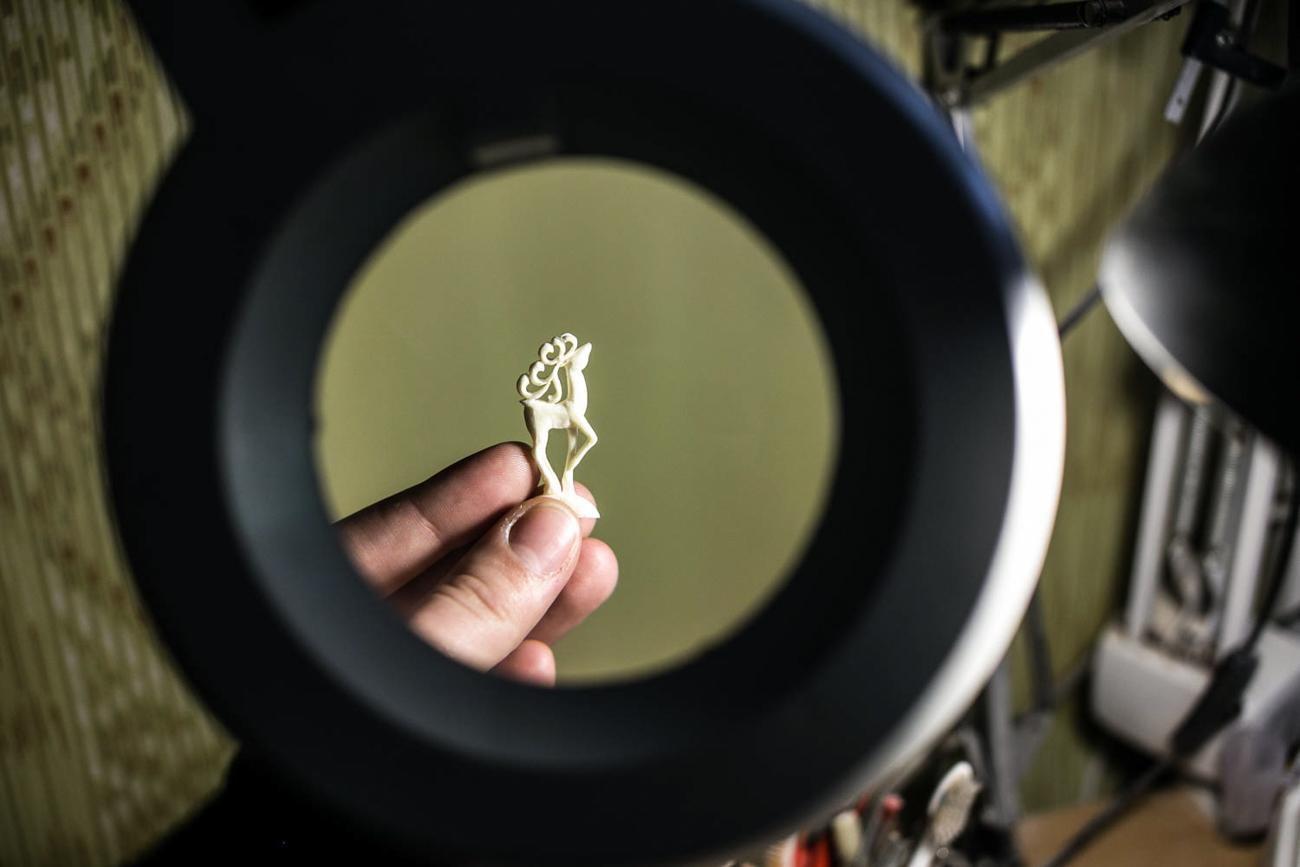 Udruženje holmogorskih rezbara iskušalo je niz poslovnih modela. Ceh je postao tvornica, koja je zatim postala dioničko društvo. 2002. je tvrtka preimenovana u općinsko poduzeće Holmogorsko rezbarstvo kostiju.