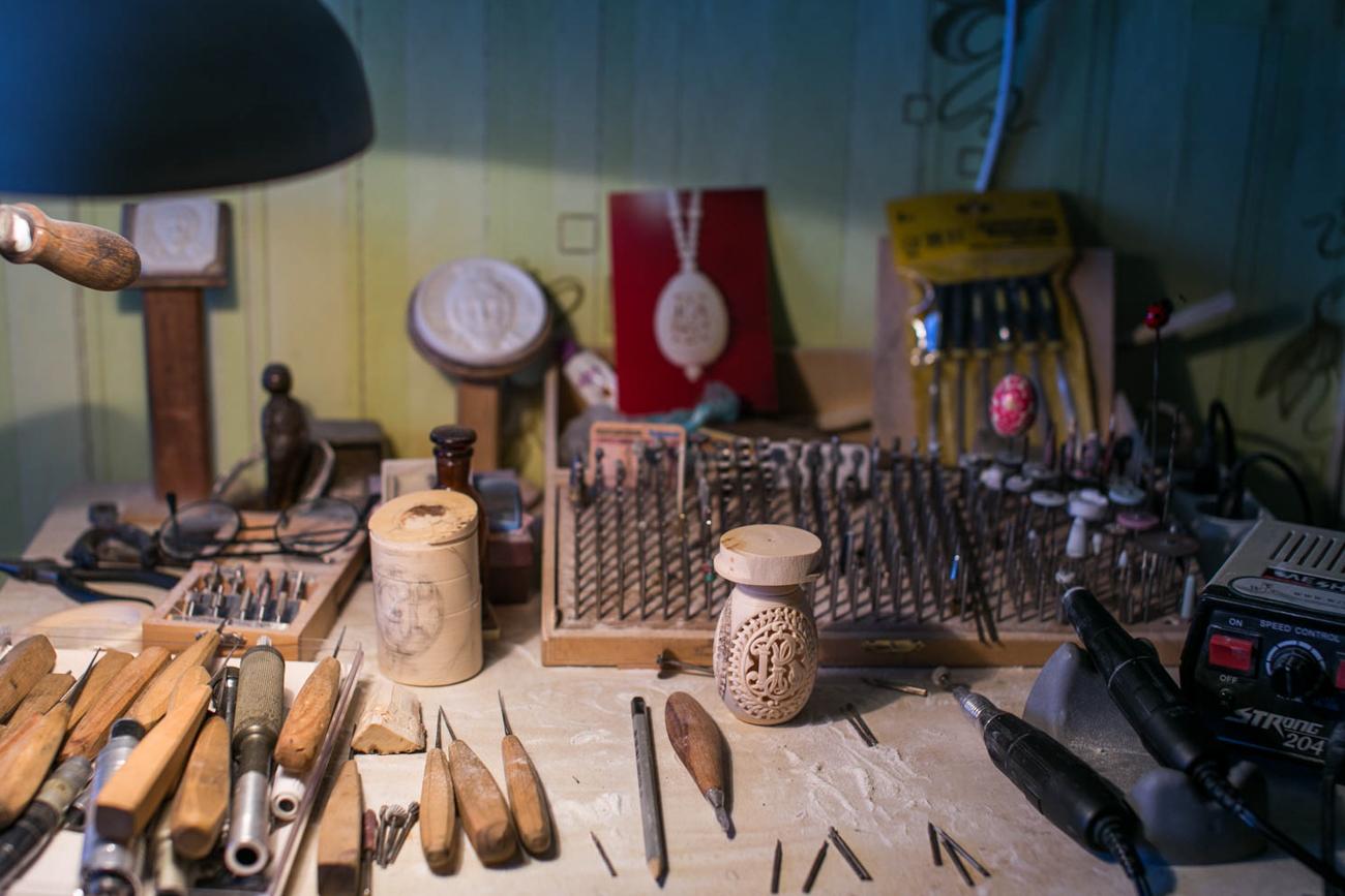 骨彫刻の職人は、材料の組み合わせにも目を向ける。骨や角は金属、木材、真珠とよく合う。