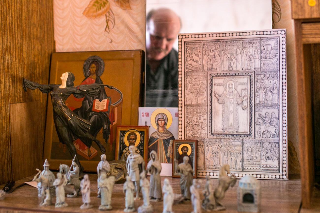 職人のウラジーミル・ミニンさんは、モスクワに長く暮らしていた。ポップス音楽のコンサートの装飾を行っていた。ホルモゴルィの伝統芸術で生活に調和が生まれると感じ、モスクワを去った。