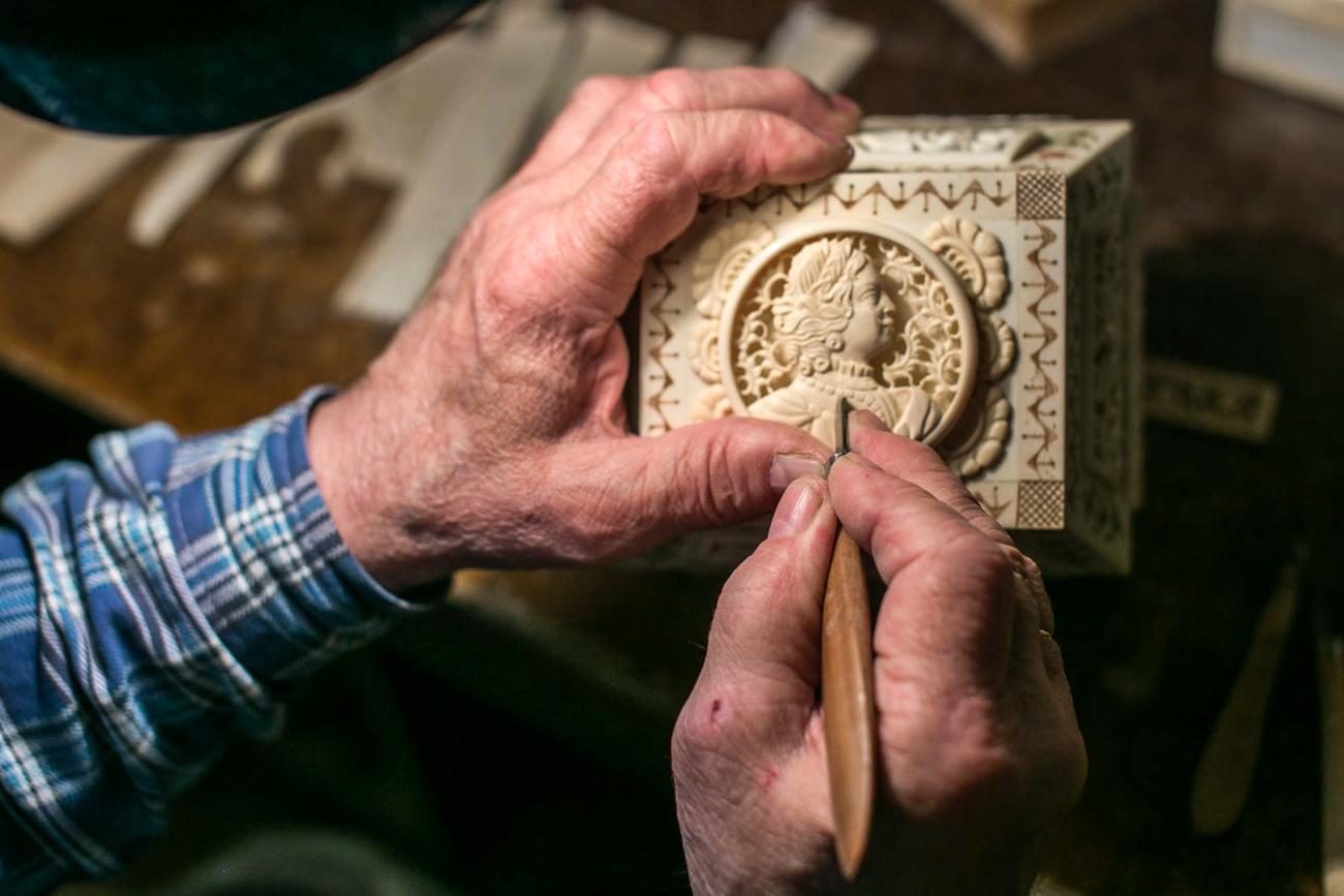 ニコライ・ザチニャエフさんは、マンモスの牙から肖像彫刻をつくっている。この高価な材料は1キロあたり3万ルーブル(約5万5000円)する。1キロは拳ほどの大きさ。顧客はマンモスの骨代を先払いすることが多いという。