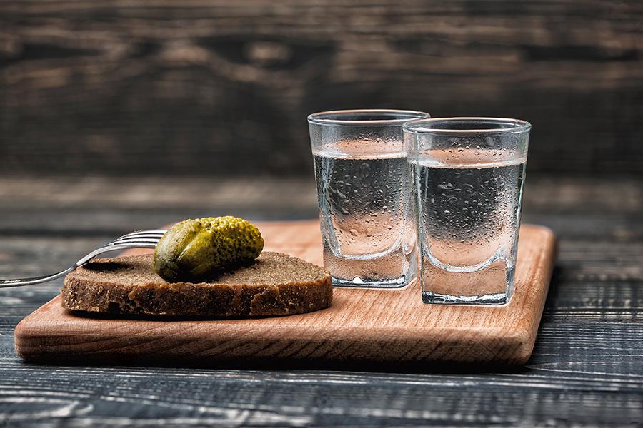Vodka in kumarice ostajajo priljubljene pri Rusih, čeprav je nakup vodke letos očitno upadel za 20%.