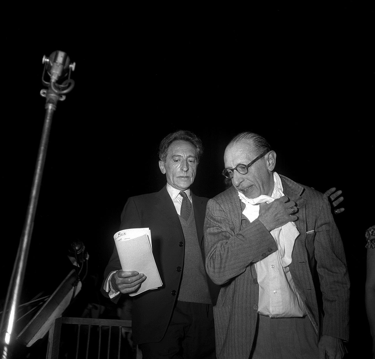 Photo prise le 20 mai 1952 de l'écrivain, dramaturge et peintre Jean Cocteau (C) lors de la représentation de l'Œdipus Rex au théâtre des Champs-Elysées, dirigé par Igor Stravinsky (D). / AFP