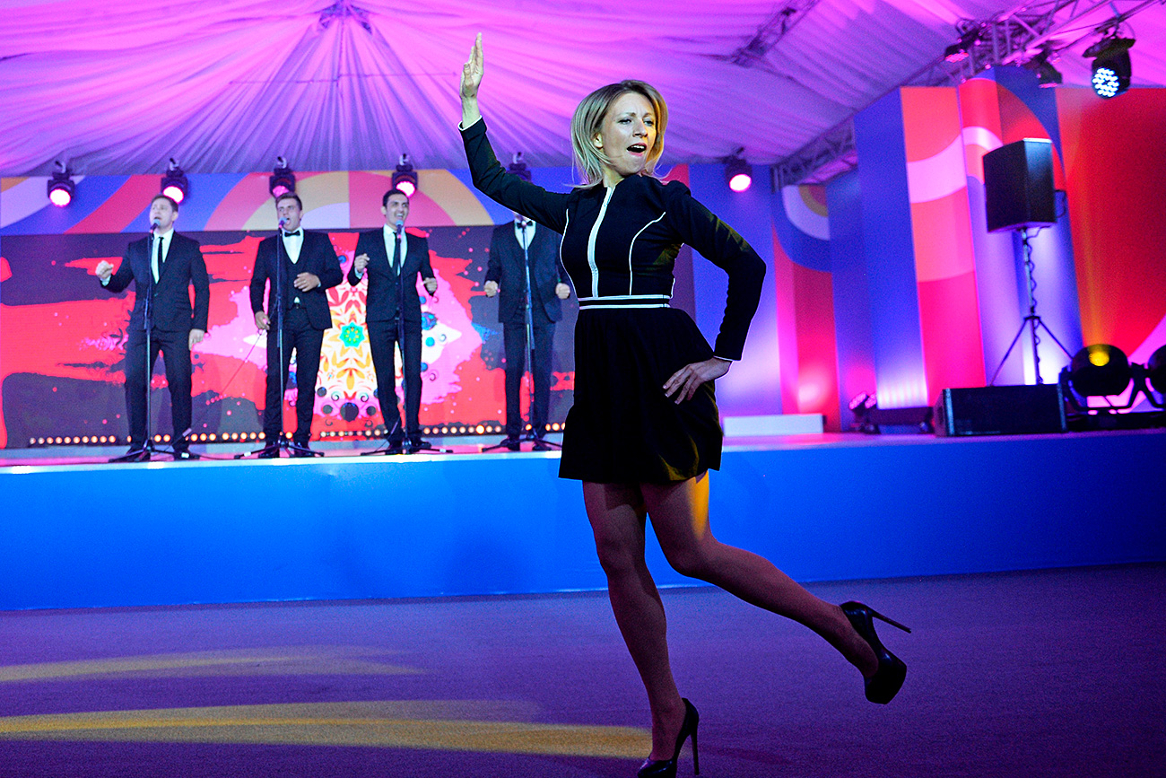 """Говорителят на руското МВнР Мария Захарова танцува """"Калинка"""" на срещата на АСЕАН в Сочи. 19. май, 2016 г."""