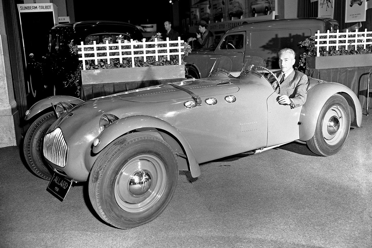 Зора Аркус-Дунтов за воланом спортског модела Аларда, 1951. / AP
