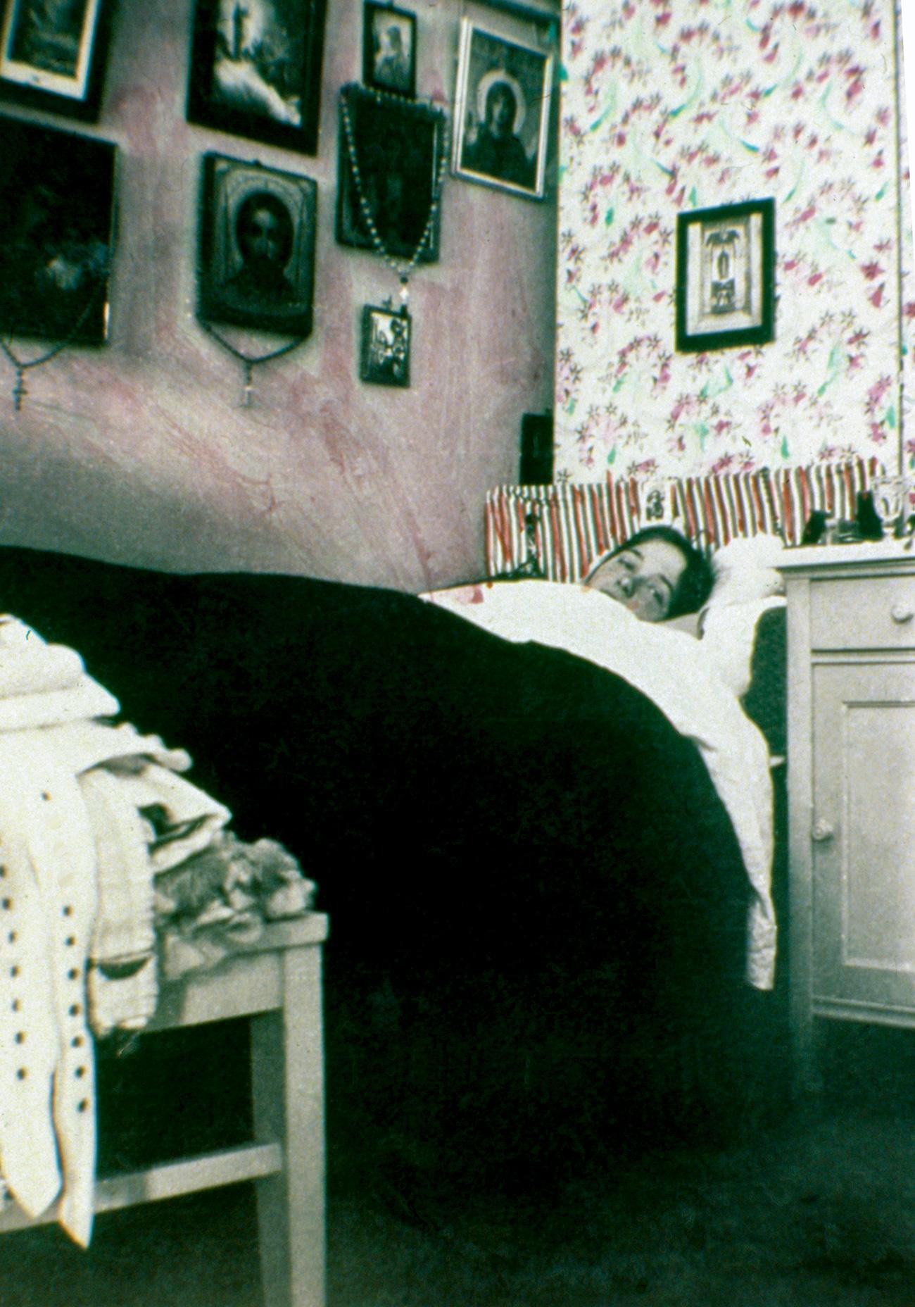 All'interno dell'atelier fotografico venivano scattate quasi duemila foto al giorno. Nella foto, Olga, la figlia dello zar