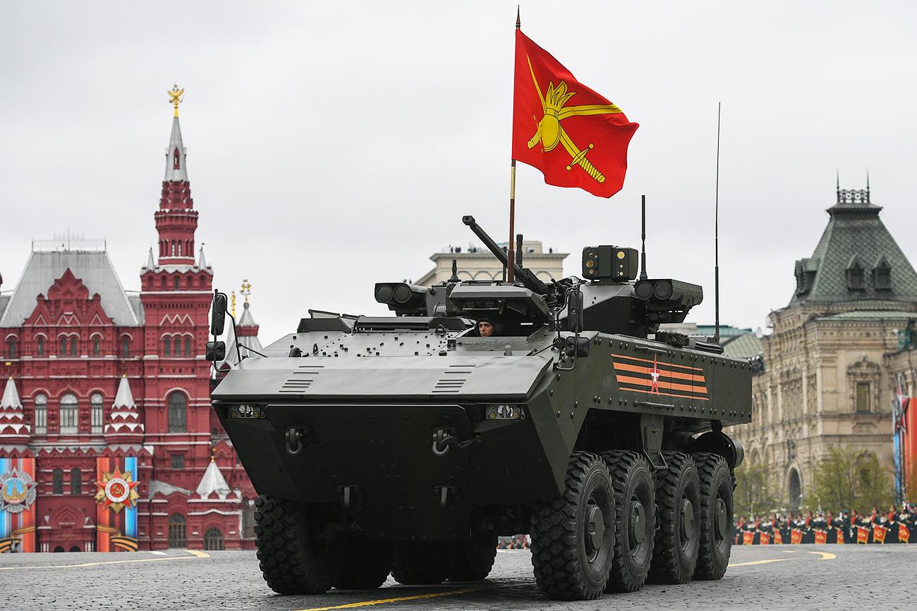 Sebuah kendaraan tempur infanteri yang dibuat berdasarkan sasis VPK-7829 Bumerang selama perayaan 72 tahun kemenangan dalam Perang Patriotik Raya di Lapangan Merah, Moskow, Rusia.